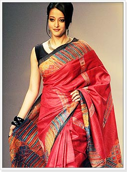 Raima Sen in Red Handloom Saree at Kolkata Fashion Week